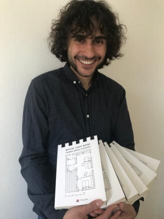 Miguel con las novelas